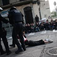 Spanish policement drag a young lady on November 8, 2017 demonstration (Pep Companys i Huguet)
